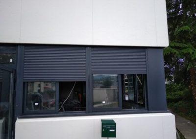 Pose de volets roulants aluminium dans les locaux professionnels à Saint Chamond - Lapendry