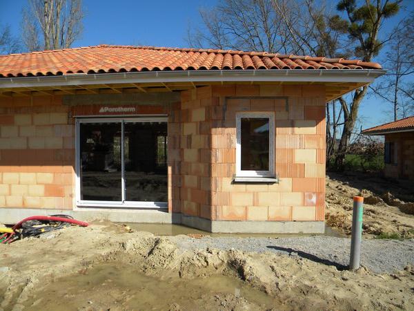 Pose fenêtres dans une maison en construction par l'équipe Lapendry