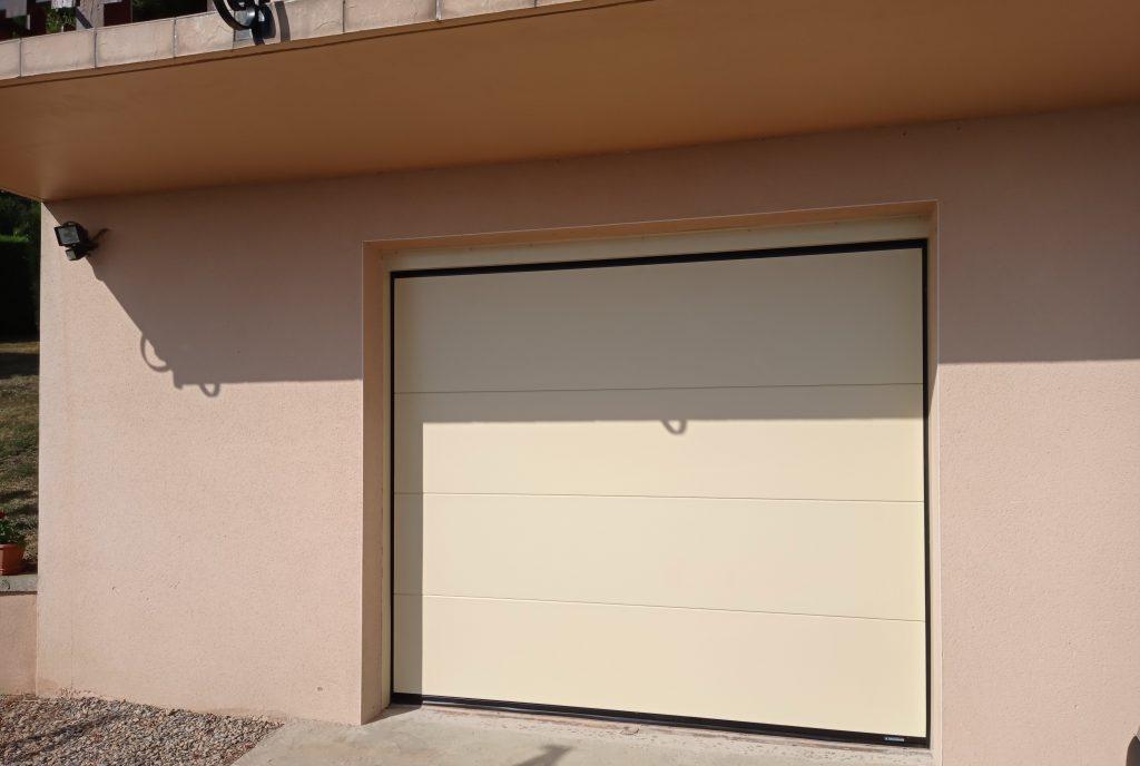 porte de garage sectionnelle et motorisée posée par Lapendry menuiserie