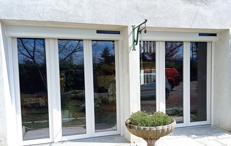 Lapendry menuiserie pose 12 nouvelles fenêtres avec des volets roulants solaires dans la loire