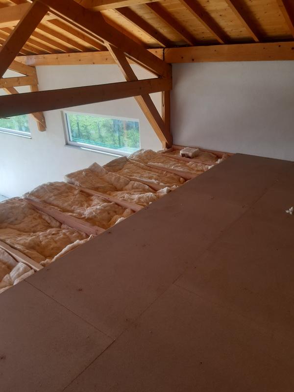 Pose d'un plancher isolant dans l'espace spa d'un gite dans les monts du forez par Lapendry menuiserie